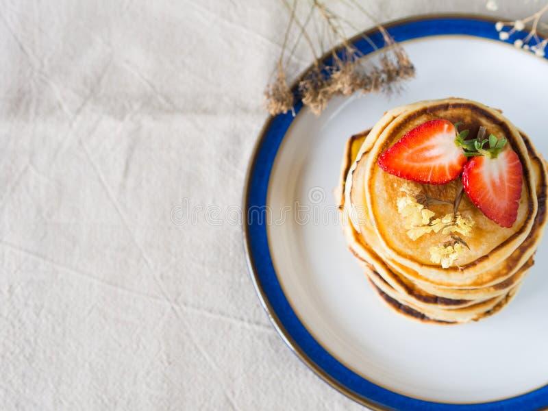Завтрак утра с блинчиками стоковые изображения