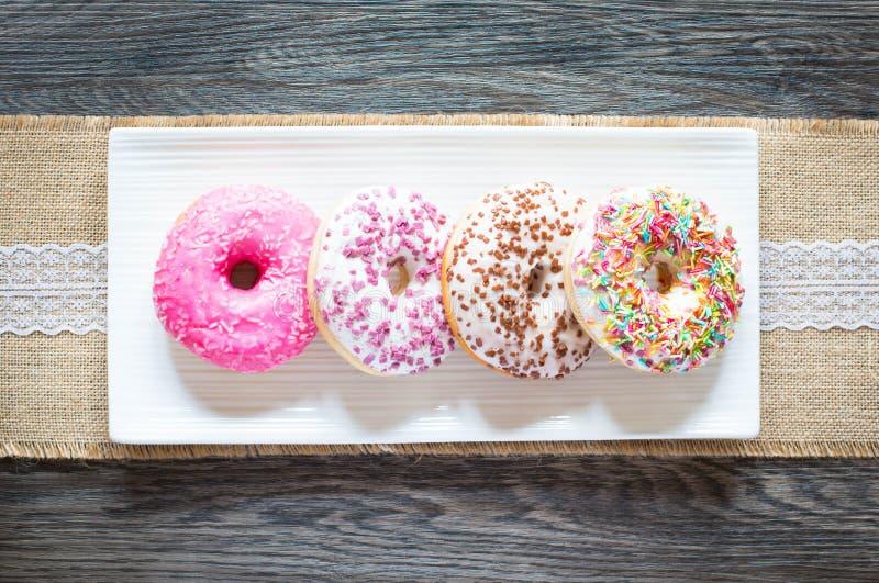 Завтрак утра с красочными Donuts стоковые фото