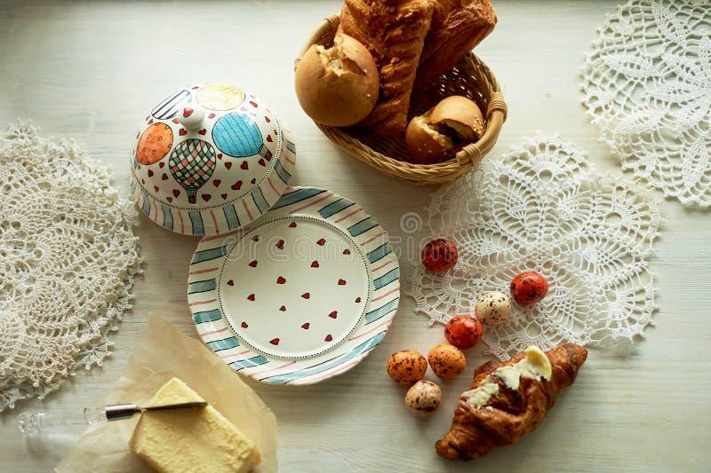 Завтрак фантазер и творческий человек Смазчик с воздушными шарами, и конфетой в форме яичек триперсток стоковое изображение rf