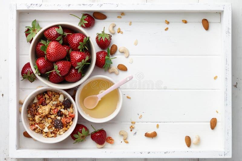 Завтрак хлопьев с muesli и клубникой стоковое фото
