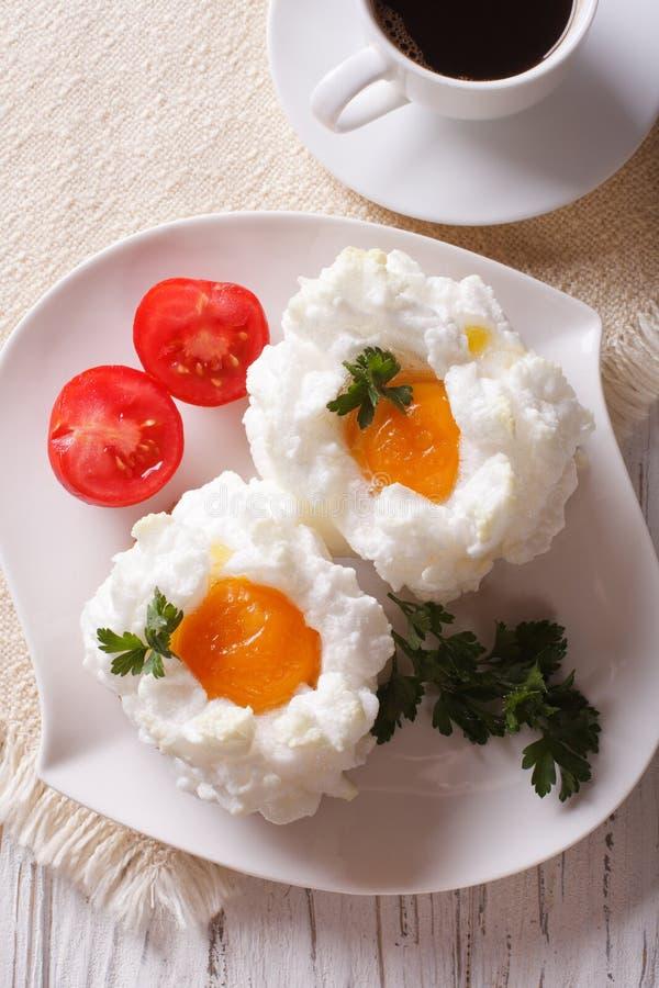 Завтрак: яичка Orsini и конец-вверх кофе Вертикальное взгляд сверху стоковое изображение