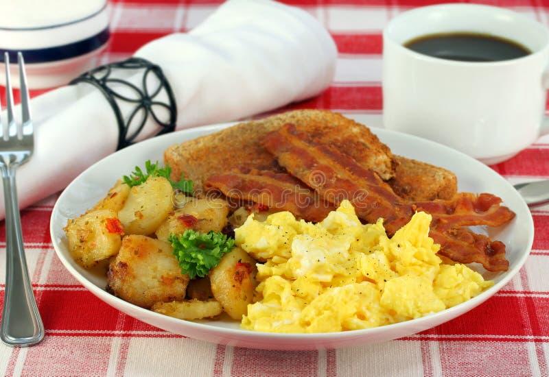 завтрак eggs fries домой стоковое изображение