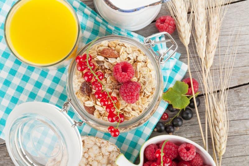 Завтрак Healty с muesli, ягодами и апельсиновым соком стоковые фото