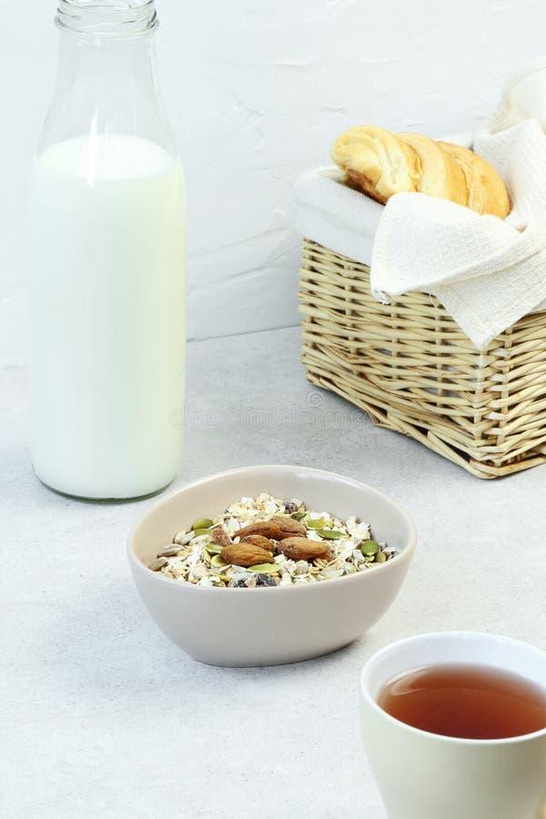 Завтрак Muesli с молоком, чаем и круассаном на серой таблице стоковые фотографии rf
