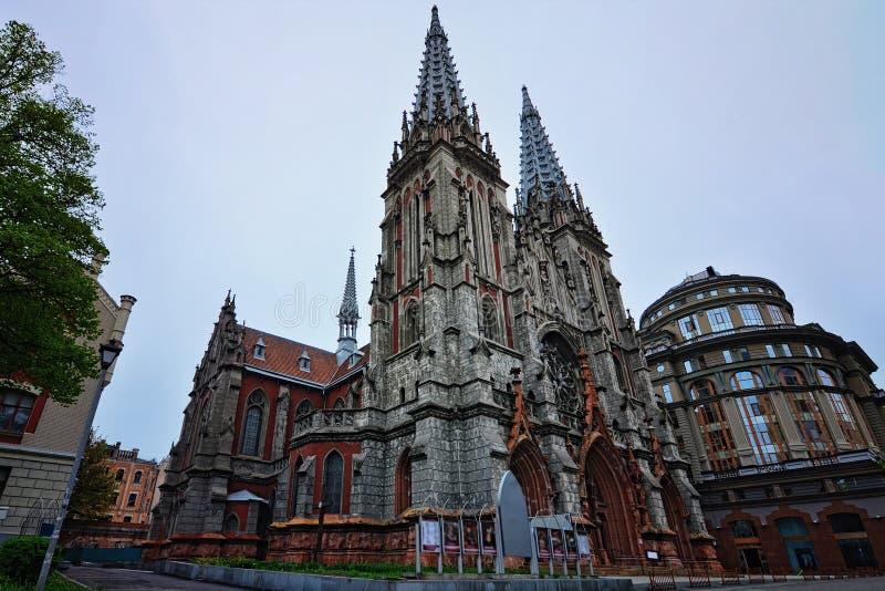 Загадочный взгляд старого дома собора St Nicholas римско-католического музыки органа Весна в Киеве, Украине стоковые изображения