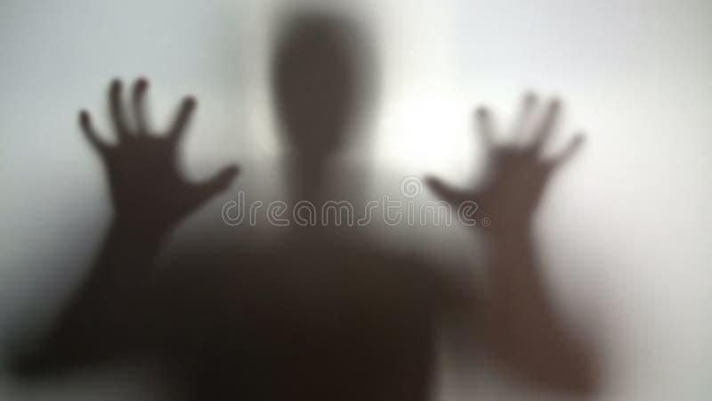 Загадочный силуэт с руками вверх, идущ для того чтобы вспугнуть, персона кошмара в стрессе стоковые фотографии rf
