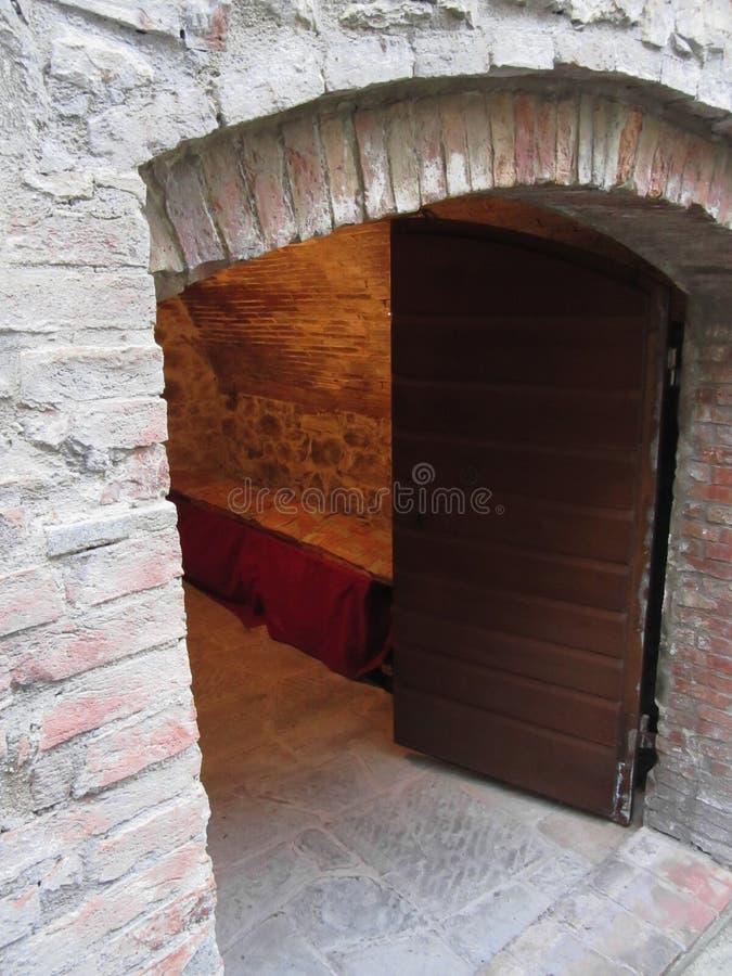 Загадочная дверь, секретный вход с теплым светом внутрь стоковые фотографии rf