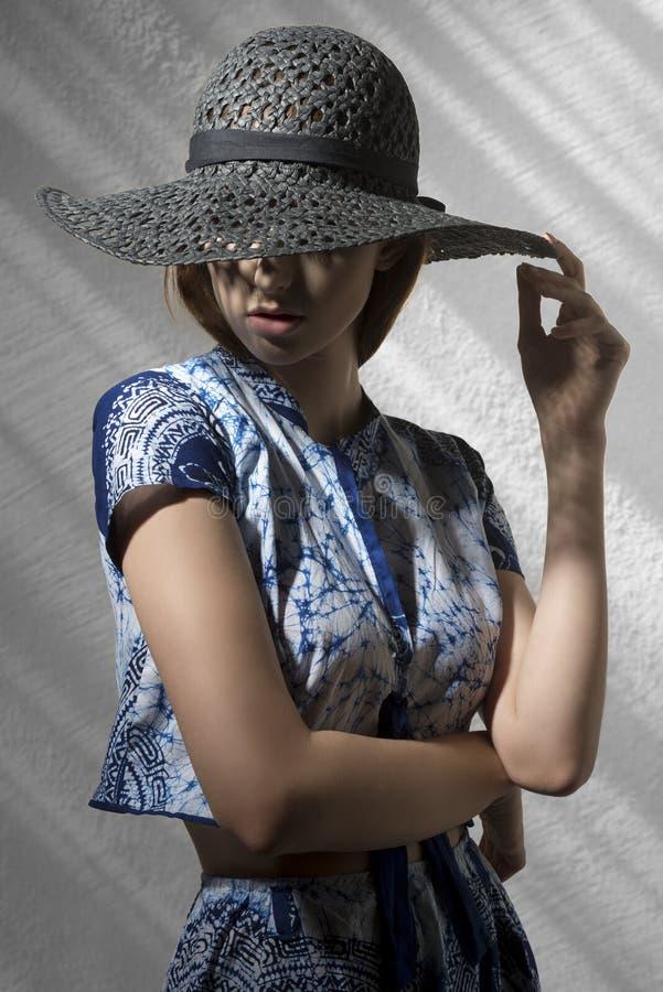 Загадочная девушка моды с шляпой стоковое изображение