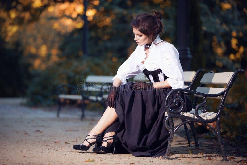 Загадочная женщина в викторианском платье стоковые фотографии rf