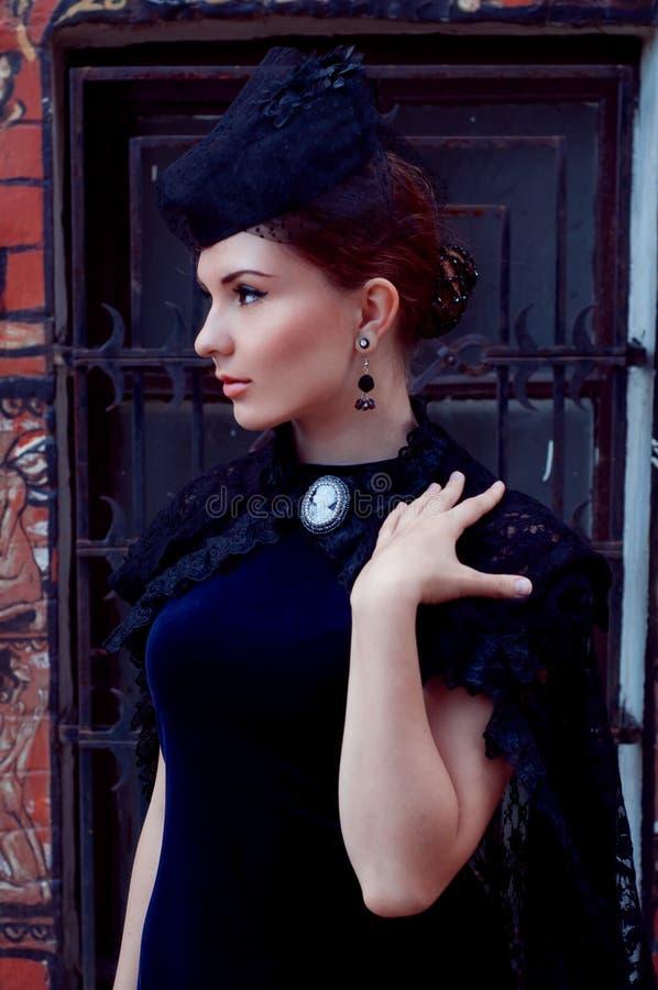 Загадочная женщина в темноте ретро тип викторианско стоковое фото rf