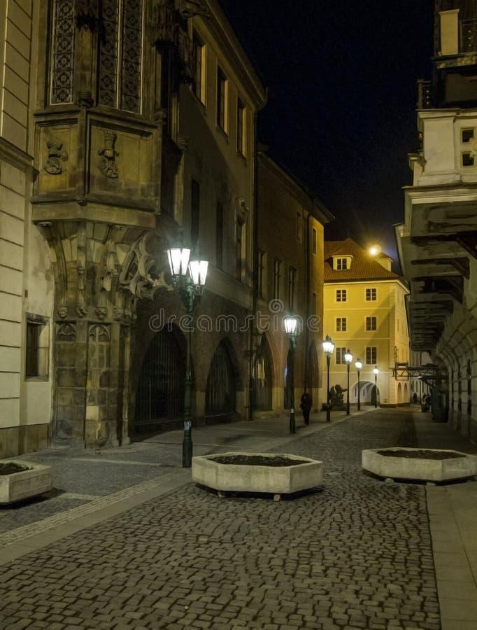 Загадочная улица ночи в Праге красивейший взгляд стоковые фото