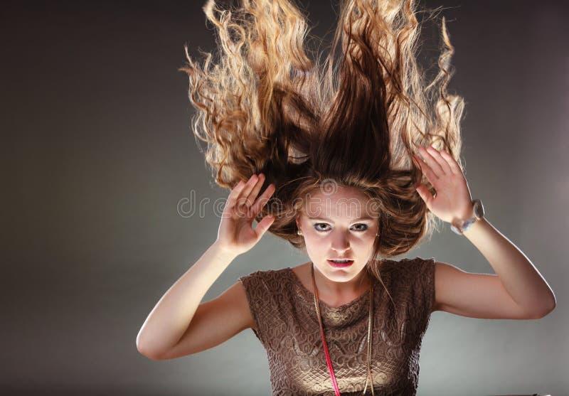 Загадочная энигматичная девушка женщины с волосами летания стоковая фотография