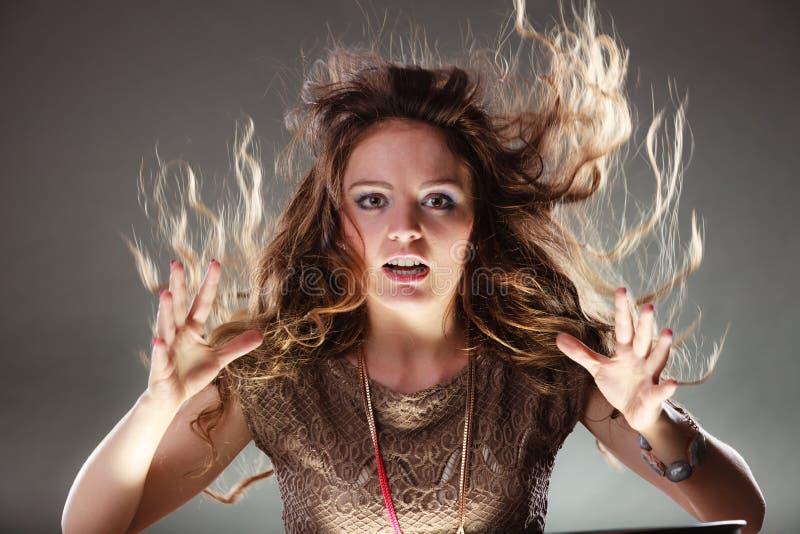 Загадочная энигматичная девушка женщины с волосами летания стоковые изображения rf