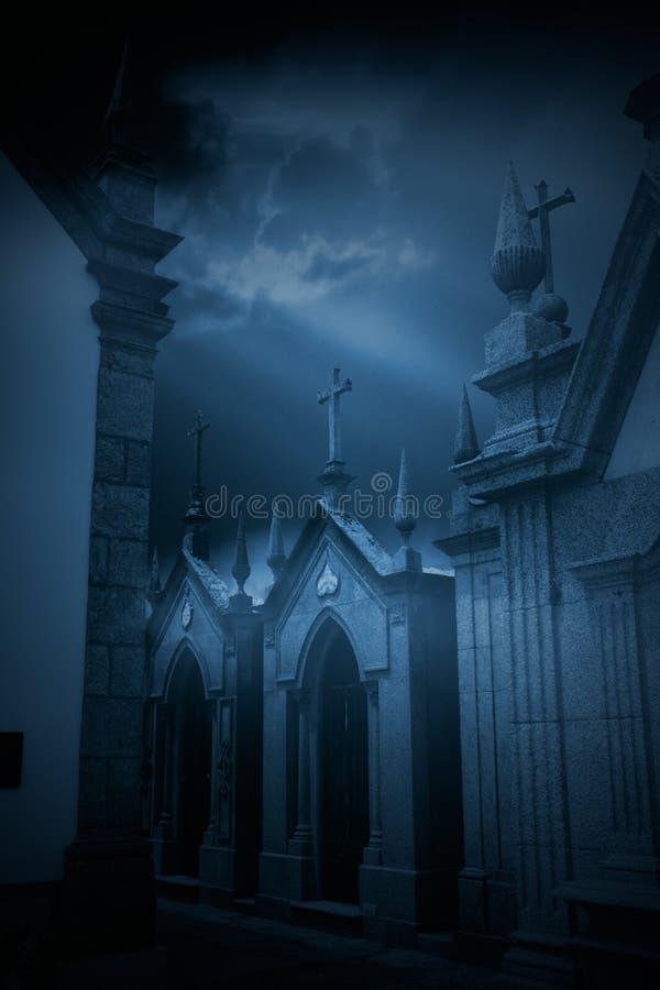 Загадочное европейское кладбище стоковые фотографии rf