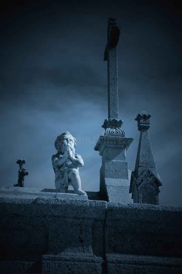 Загадочный ангел кладбища стоковые изображения rf