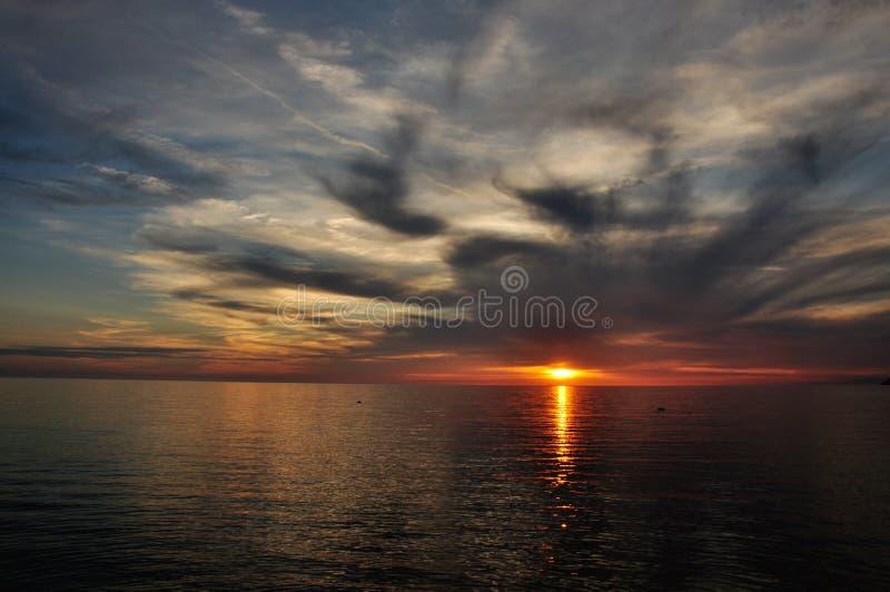 Загадочный заход солнца морем стоковое фото rf