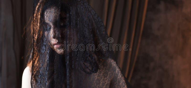Загадочный портрет красивой женщины в черной вуали шнурка стоковые изображения