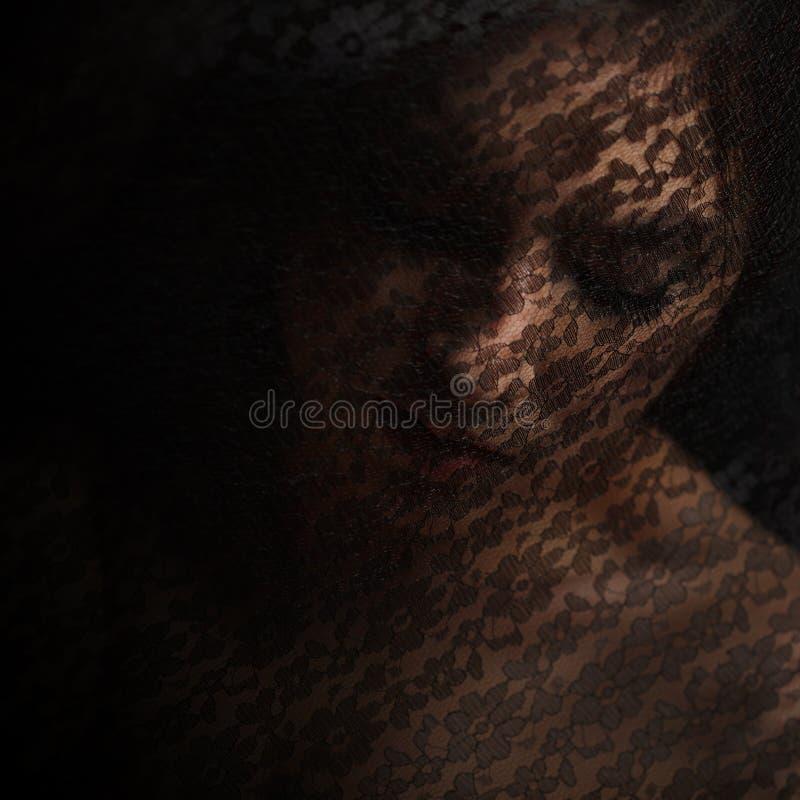 Загадочный портрет красивой женщины в черной вуали шнурка стоковые изображения rf