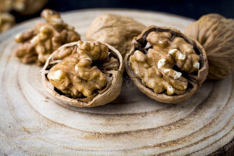 Загляните в семена Walnuker Favorite для перекуски и очень вкусно Есть много омеги 3 для мозга Концепция здорового питания на дер стоковая фотография