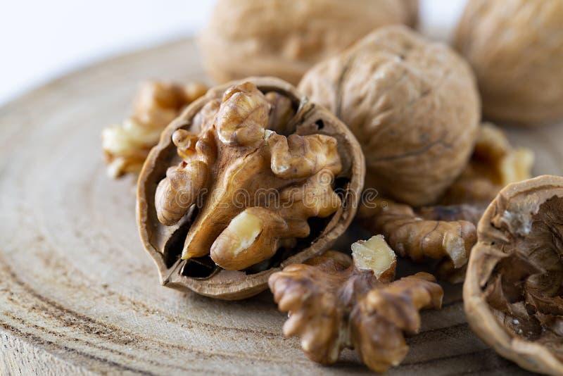 Загляните в семена Walnuker Favorite для перекуски и очень вкусно Есть много омеги 3 для мозга Концепция здорового питания на дер стоковые изображения rf