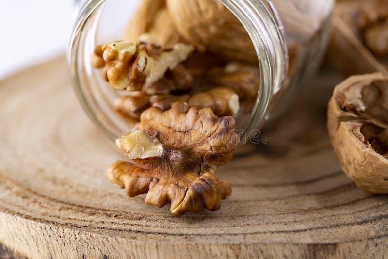 Загляните в семена Walnuker Favorite для перекуски и очень вкусно Есть много омеги 3 для мозга Концепция здорового питания на дер стоковая фотография rf