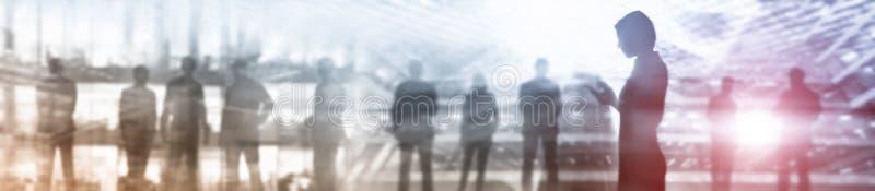Заголовок знамени вебсайта дела Мультимедиа предпосылки индустрии Силуэты людей Абстрактная концепция стоковое фото rf