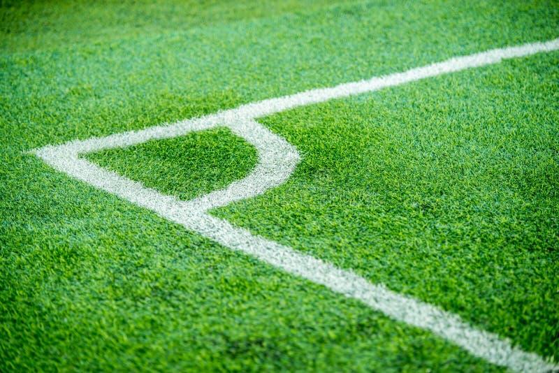 загоняйте футбол в угол поля стоковые изображения rf