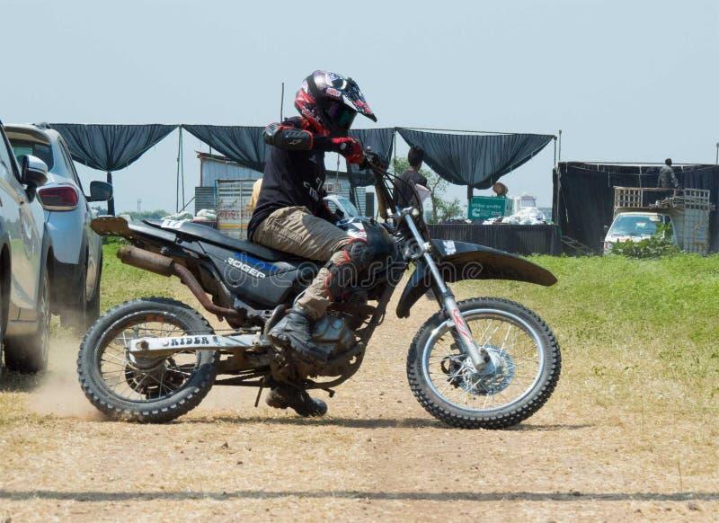 Загонять в угол всадника Motocross практикуя стоковые изображения