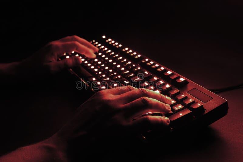 загоранная клавиатура мужские руки печатая на компьютере стоковое фото rf