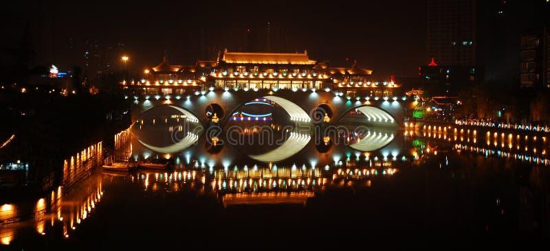 Загоранный мост на ноче стоковая фотография