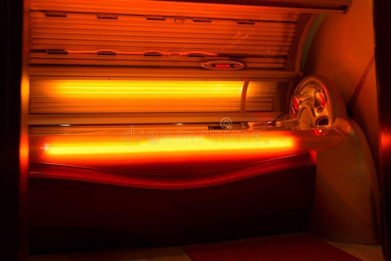 Загорая солярий кровати на курорте оздоровительного клуба стоковое фото rf