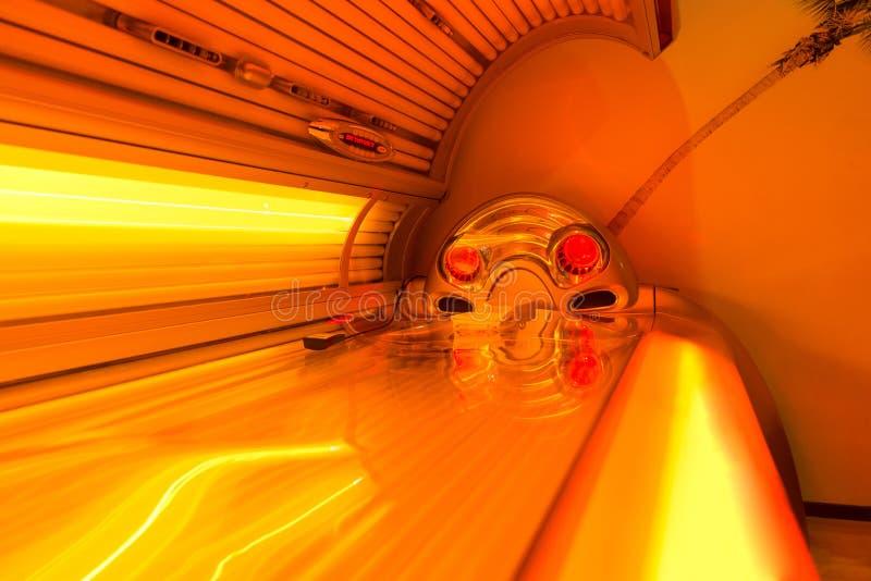Загорая солярий кровати на курорте оздоровительного клуба стоковое изображение