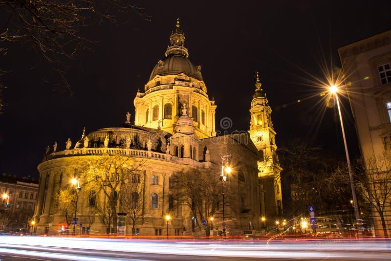Загоренная базилика St Stephens с светофором отстает I стоковое изображение rf