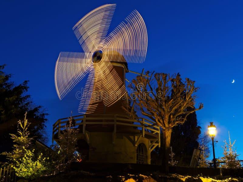 Загоренная ветрянка к ноча на сезоне рождества стоковая фотография