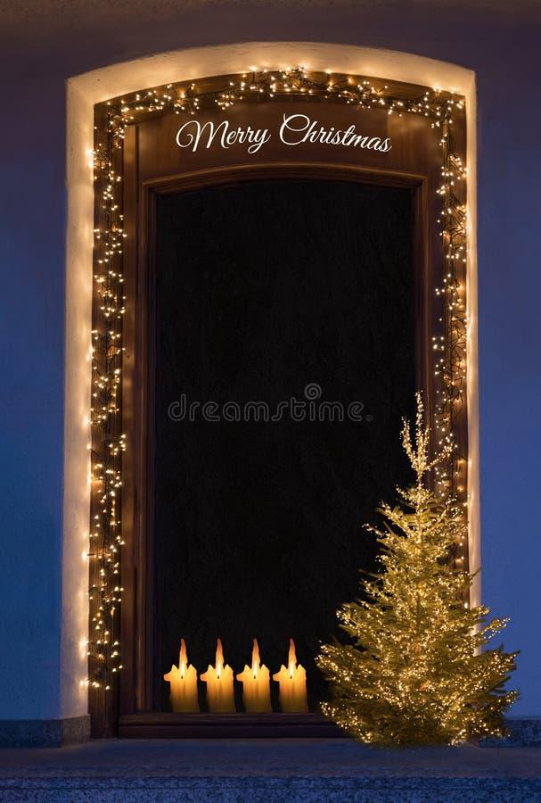 Загоренная дверь с fairy светами, украшением рождества и hol стоковое изображение