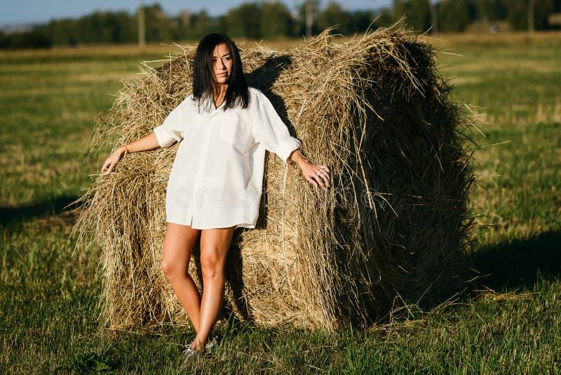 Загоренная девушка в белой рубашке стоковое фото rf