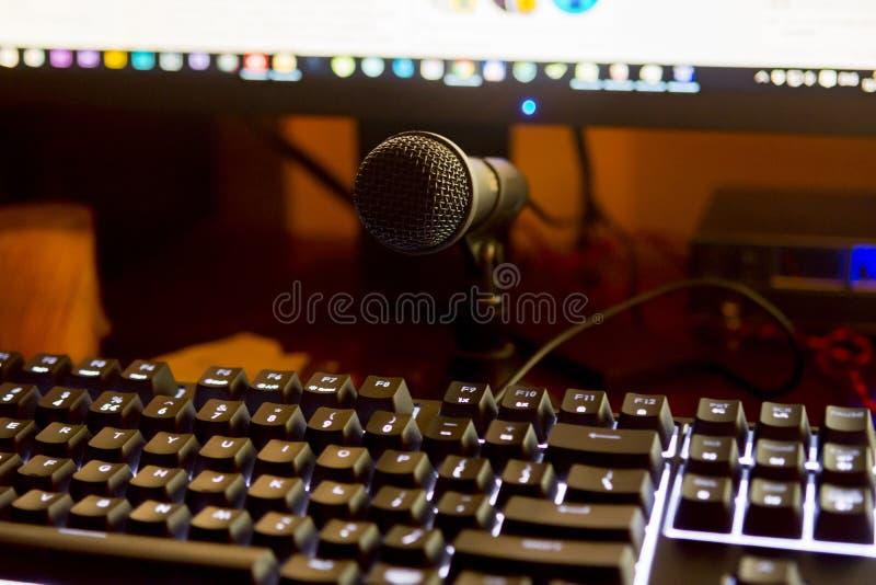 Загоренная клавиатура компьютера с mic стоковая фотография rf