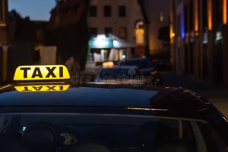загоренное такси знака на крыше автомобиля стоковая фотография