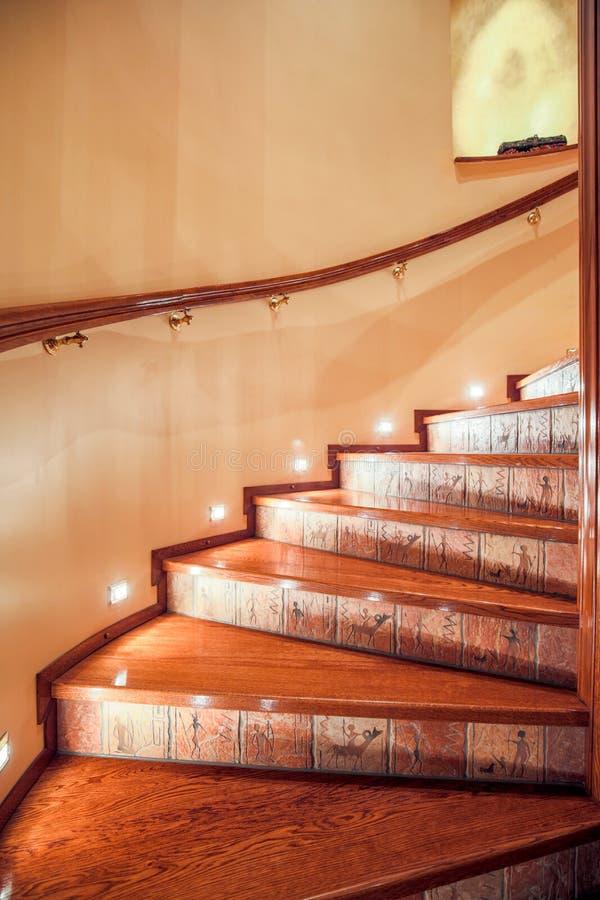 Загоренные деревянные лестницы стоковые фото