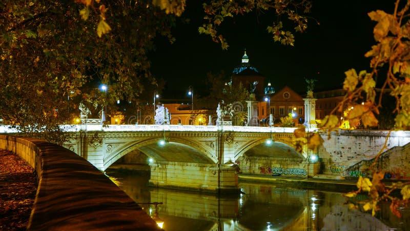 Download Загоренные мосты над рекой Тибром в Риме - большом взгляде ночи Стоковое Фото - изображение насчитывающей итальянско, италия: 81807796