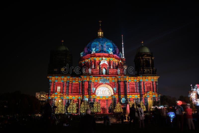 Загоренные Dom собора/берлинца Берлина ориентир ориентира на ноче стоковое фото