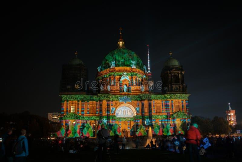 Загоренные Dom собора/берлинца Берлина ориентир ориентира на ноче стоковые изображения