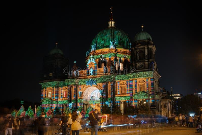 Загоренные Dom собора/берлинца Берлина ориентир ориентира на ноче стоковая фотография rf