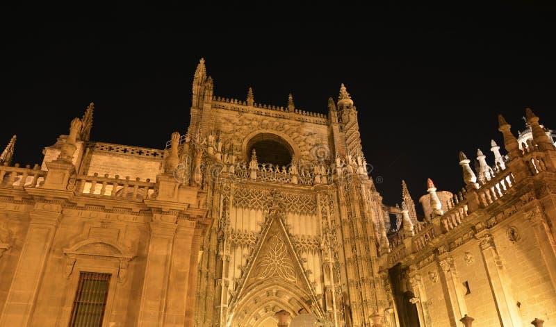 Загоренные spiers ночи собора ` s Севильи готического в Испании стоковое фото rf