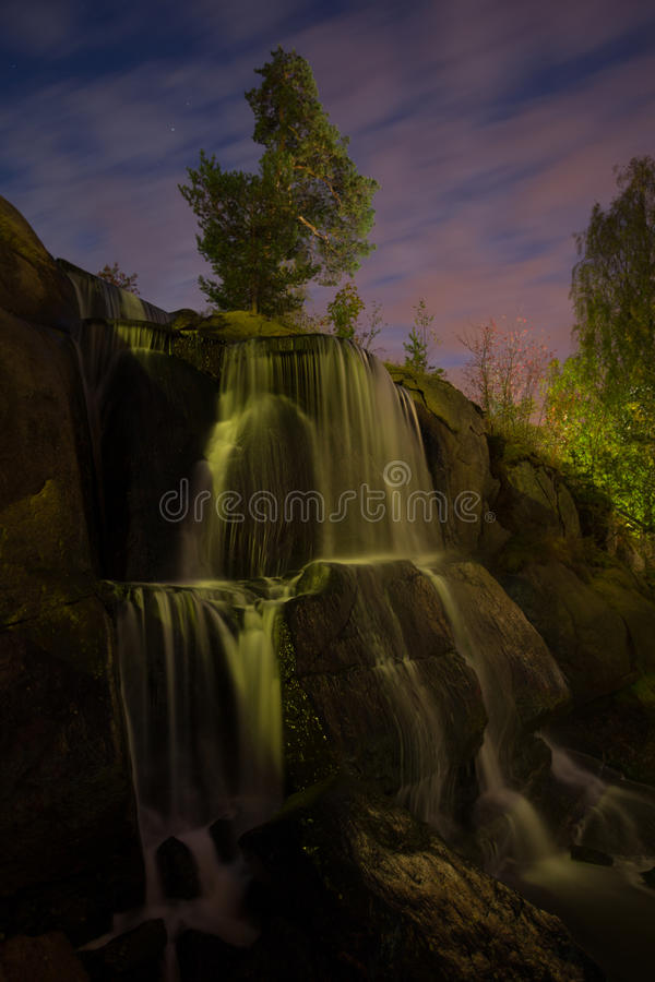 Загоренный водопад в парке ночи стоковое изображение rf