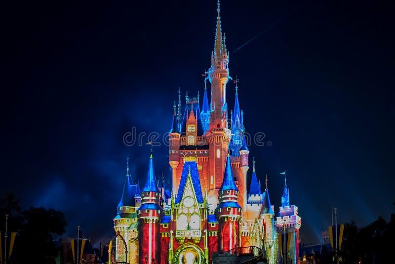 Загоренный и красочныйся замок Cinderellas в волшебном королевстве на мире Уолт Дисней стоковое фото rf
