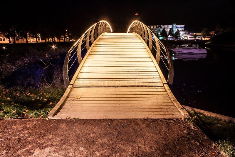 Загоренный небесный мост идя над озером стоковая фотография