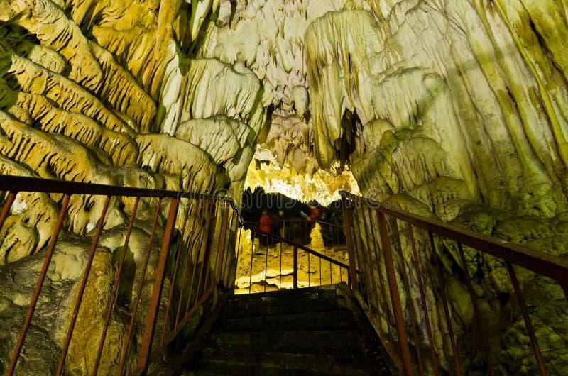 Загоренный подземный коридор через пещеру с много красивыми украшениями стоковое изображение