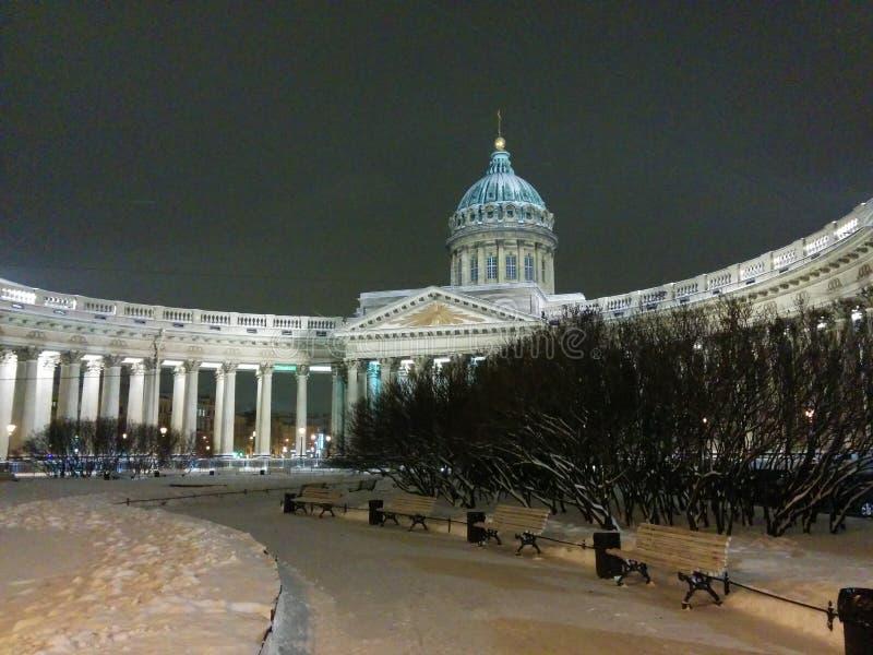 Загоренный собор Казани окруженным снегом в Санкт-Петербурге, России Взгляд зимы ночи стоковые изображения