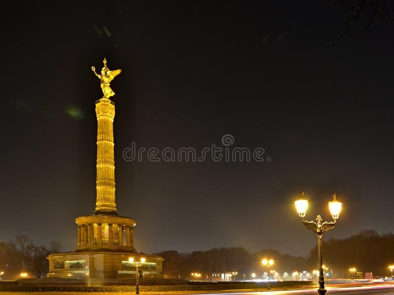 Загоренный столбец Siegesseule победы на ноче с сияющими уличными фонарями в Берлине стоковое изображение